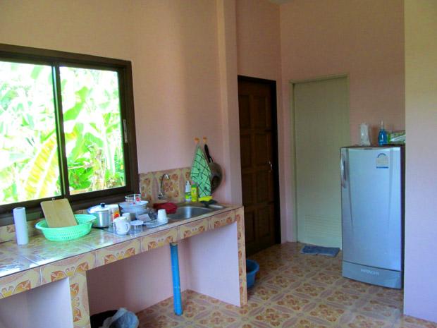 Левая дверь из кухни - дополнительный выход на улицу, правая - в ванную