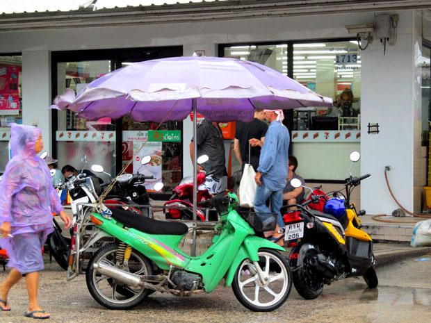 байк под зонтиком