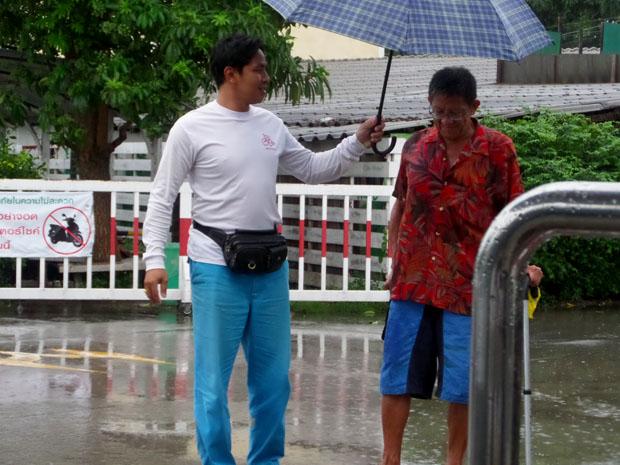 мужика прикрыли зонтиком