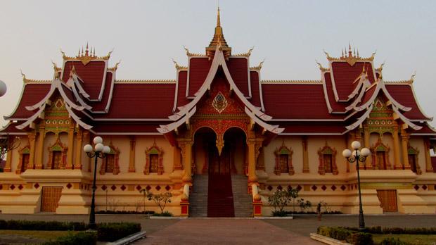 храм рядом с золотой ступой