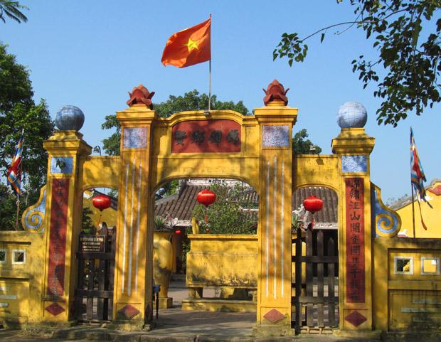 храм с красным флагом