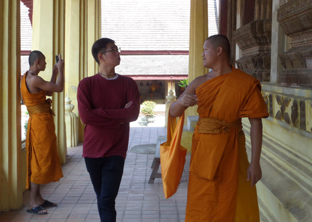 монахи в Лаосе