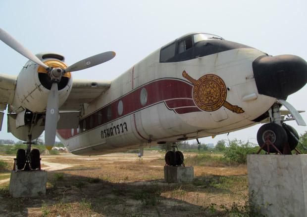 самолет возле тира