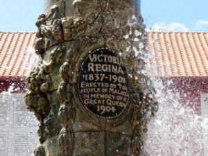 надпись на фонтане