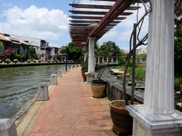 колонны над речкой