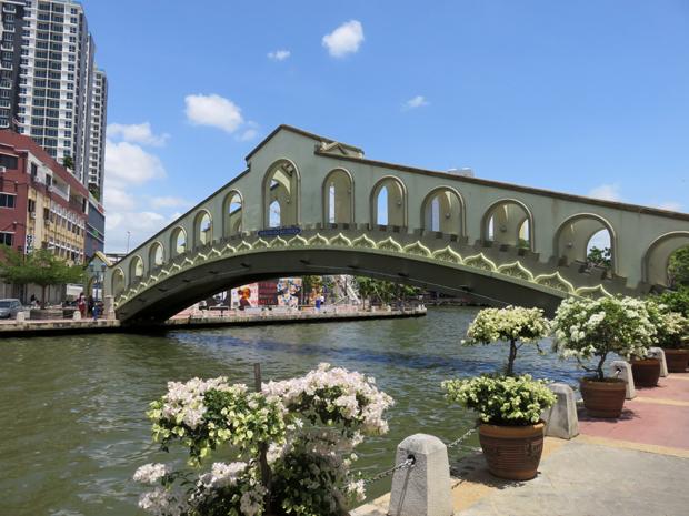 мост через речку малакку