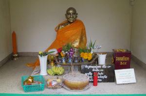 статуя монаха в храме