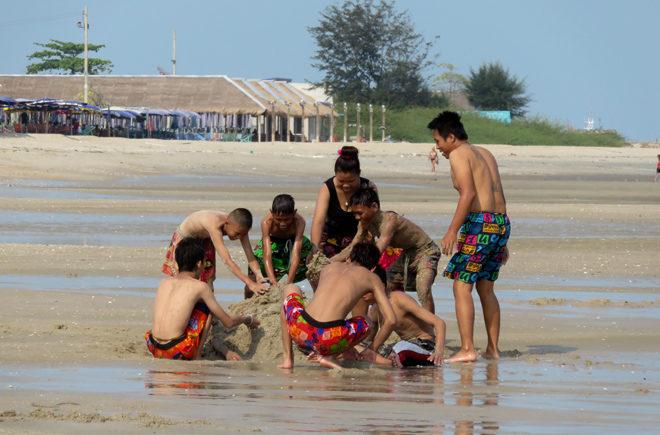 дети на пляже Ча Ама