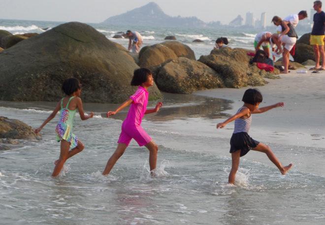 дети на городском пляже