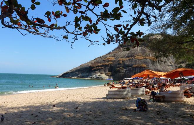 шезлонги на пляже Сай Ной