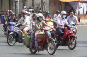 вьетнамцы в марлевых повязках