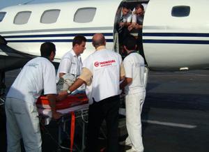эвакуация больного сотрудниками ассистанса Мондиаль