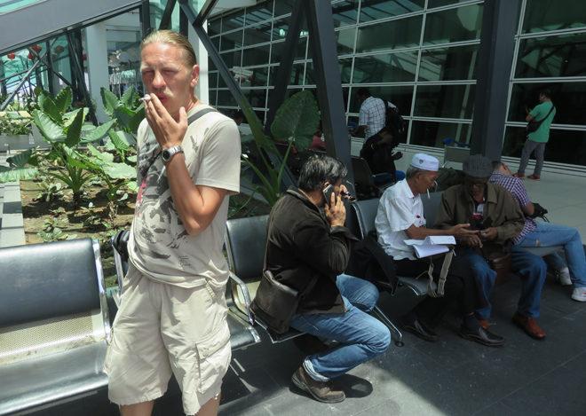 курилка в аэропорту Куала-Лумпура